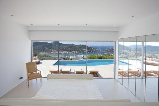 Einmaliger Blick auf den Swimmingpool vom Schlafzimmer aus