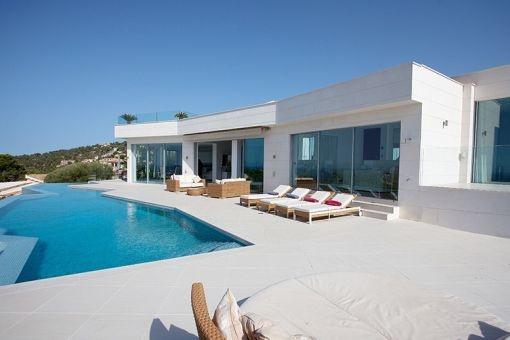 Eine Terrasse umgibt den Swimmingpool