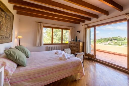 Großzügiges Schlafzimmer mit Terrassenzugang