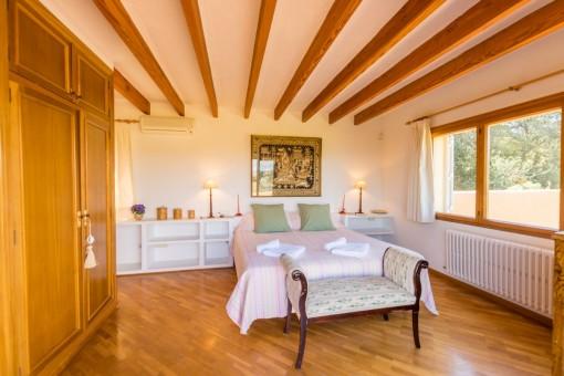 Großzügiges Schlafzimmer mit Holzkleiderschrank