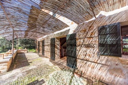 Überdachte, rustikale Terrasse
