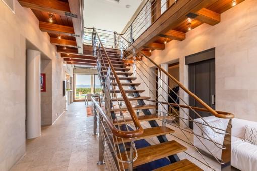 Treppenaufgang führt vom Eingangs- in den Wohnbereich