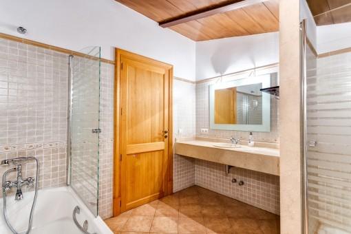 Eines von vier modernen Badezimmern