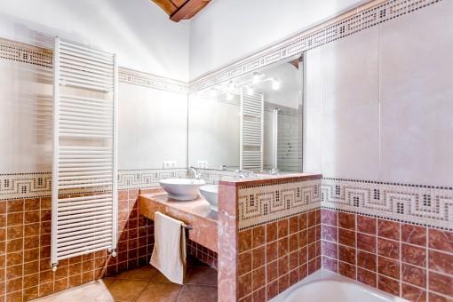 Modernes Badezimmer mit Badewanne und roten Fliesen