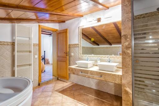 Badezimmer mit Heizung, Badewanne und Dusche