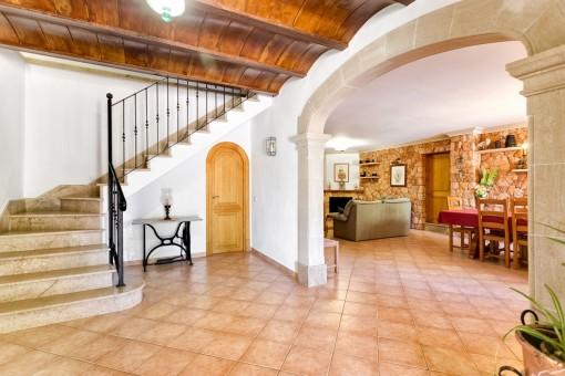 Eingangshalle mit Treppe die in die obere Stockwerke führt