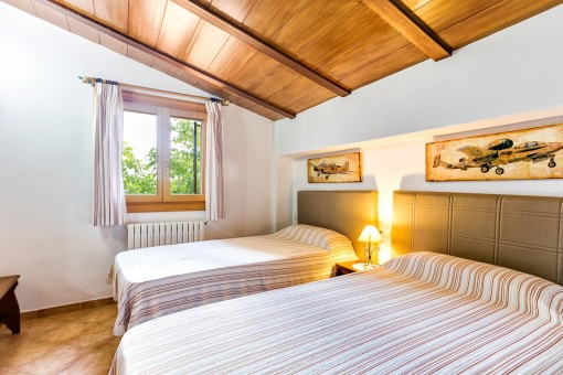Komfortables Schlafzimmer mit zwei Einzelbetten