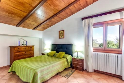 Schönes Schlafzimmer mit Holzdecke