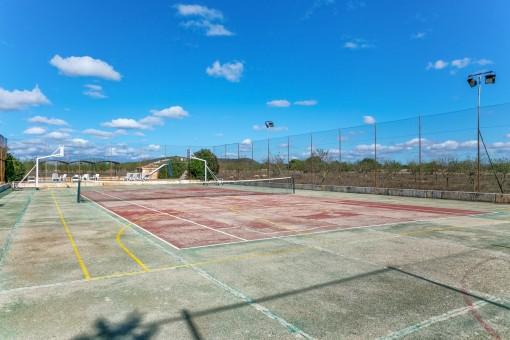 Die Finca hat einen eigenen Tennis-und Basketballplatz