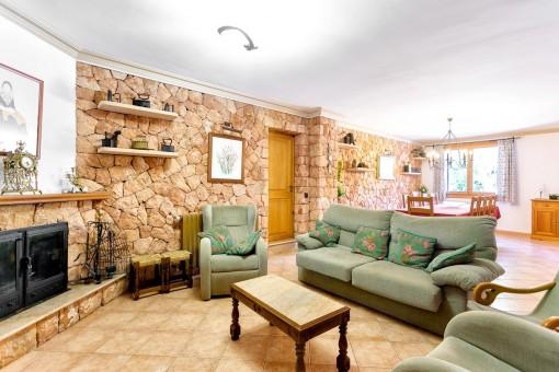 Großzügiger Wohn-und Essbereich mit Kamin
