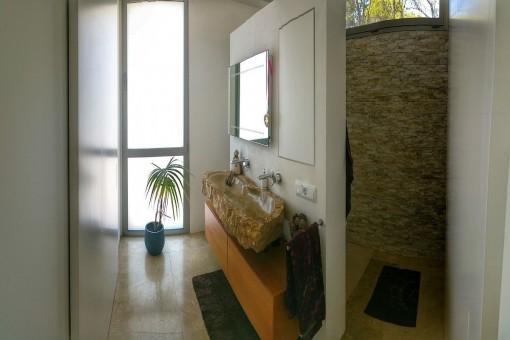 Eins von zwei Badezimmern mit Designerwaschbecken
