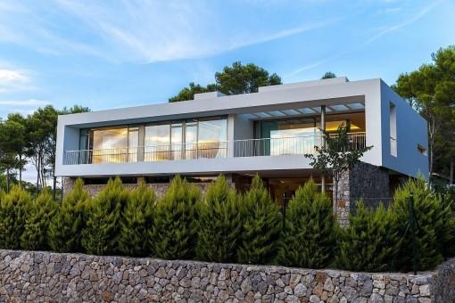 Außenansicht der Villa mit viel Privatsphäre
