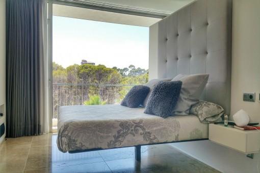 Eins von drei Schlafzimmern mit Blick in die Natur