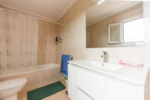 Zweites Badezimmer mit Badewanne