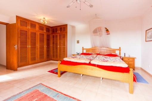 Freundliches Hauptschlafzimmer mit Einbauschrank