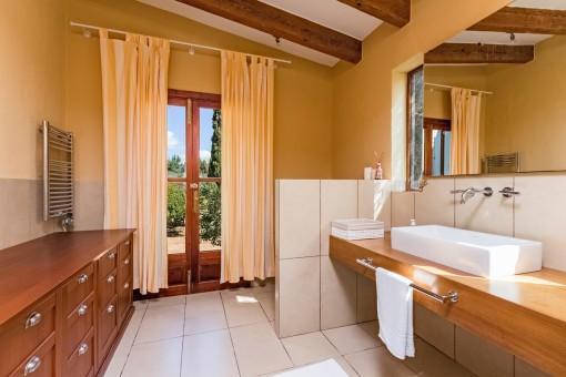 Badezimmer mit Heizung und Tageslicht