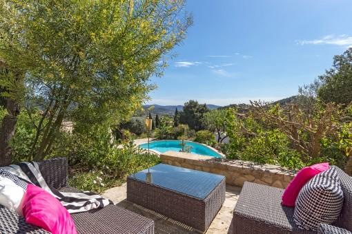 Blick auf den Swimmingpool vom Loungebereich aus
