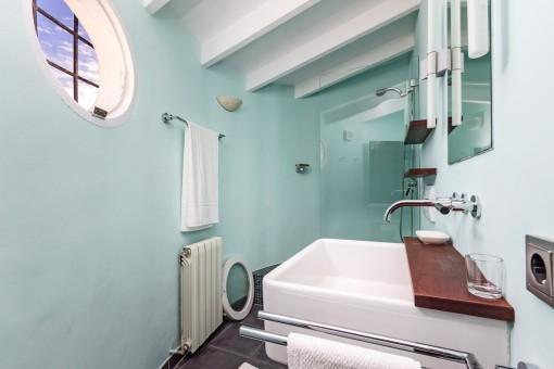 Badezimmer mit Dusche, Heizung und Tageslicht