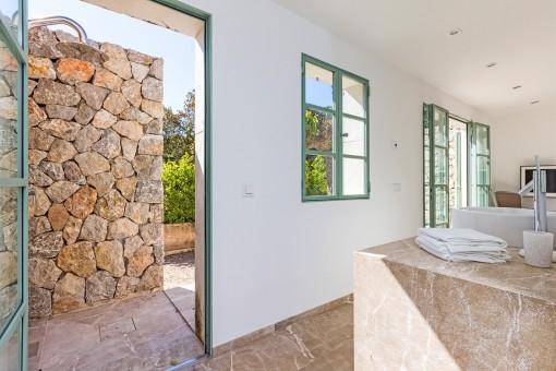 Badezimmer mit Gartenzugang