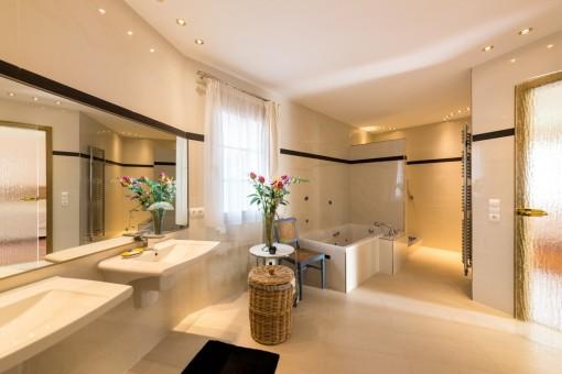 Einladendes Masterbadezimmer mit Badewanne