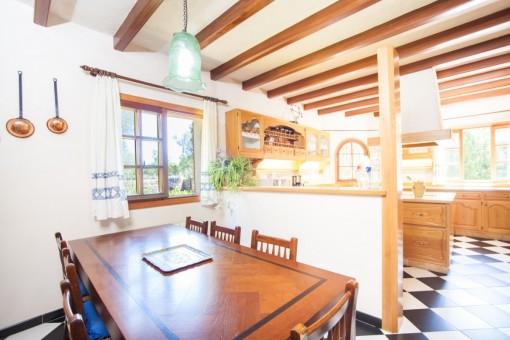 Helle Küche mit Essbereich