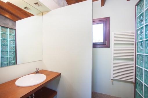 Eins von zwei Badezimmern mit Dusche