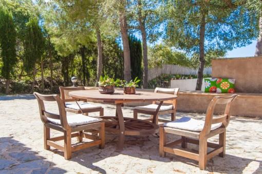 Idyllische Sitzecke im Garten
