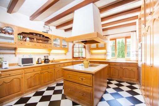 Mallorquinische Küche mit Kochinsel