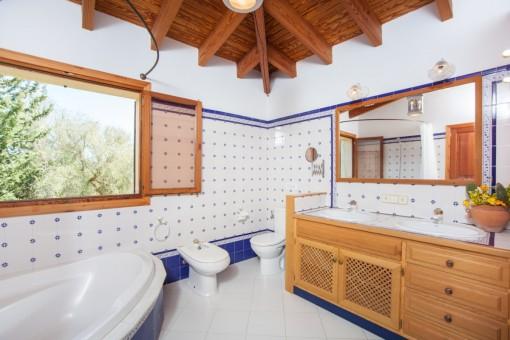 Mediterranes Badezimmer mit Badewanne