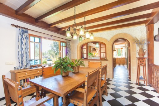 Rustikales Esszimmer mit Zugang zur Küche