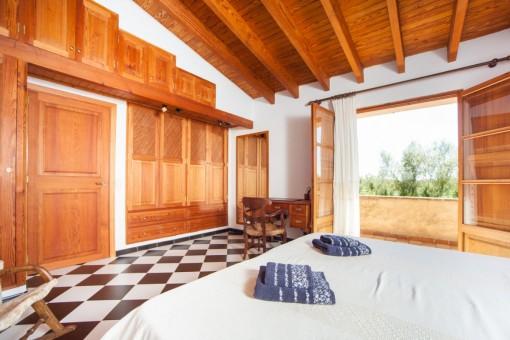 Schlafzimmer mit Terrassenzugang und Einbauschrank