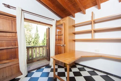 Schlafzimmer mit kleinem Balkon