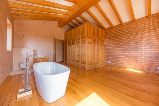 Schönes Badezimmer mit freistehender Badewanne
