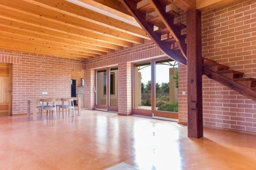 Großzügiger Wohnbereich mit Zugang zum oberen Stock
