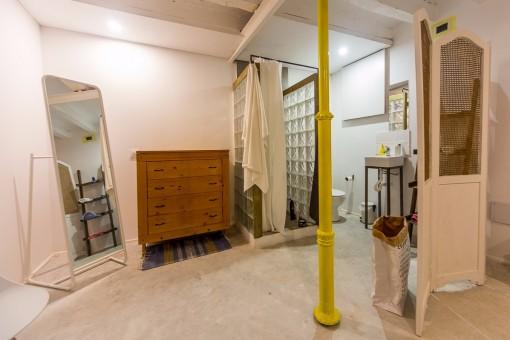 Offenes Badezimmer mit einem Ankleidebereich