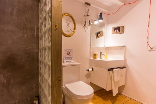 Der Toilettenbereich mit danebenliegender Dusche