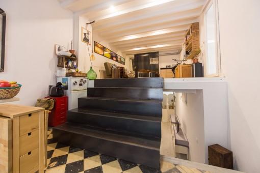 Dieser Treppenaufgang führt zum hellen Wohnbereich. Im unteren Teil befindet sich der Schlaf- sowie der Badbereich