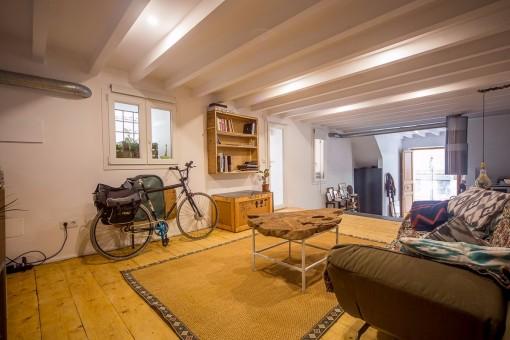 Der offene Wohnbereich erhält viel Tageslicht durch die großen Fensterflächen
