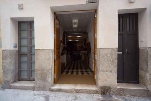 Sie erreichen die Wohnung bequem über die doppelflügelige Eingangstür
