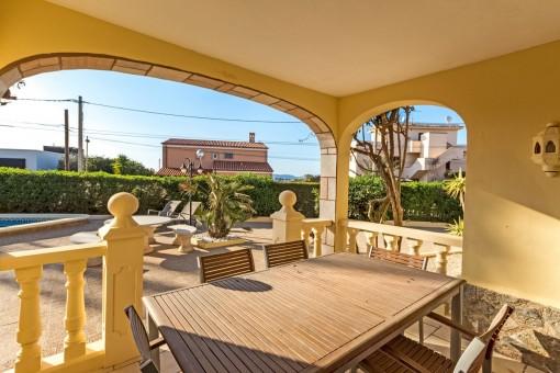 Überdachte Terrasse mit Blick in den Garten