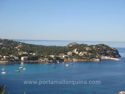Baugrundstück mit Projekt und mit Panoramablick auf die Bucht von Santa Ponsa.