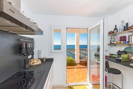 Küche mit Zugang zur Terrasse und Meerblick
