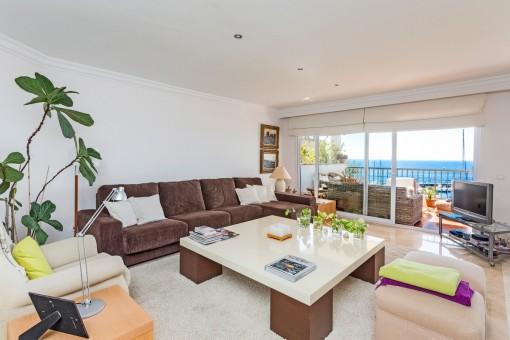 Helles Wohnzimmer mit Meerblick und Zugang zur Terrasse