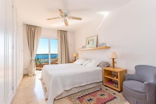 Lichtdurchflutetes Hauptschlafzimmer mit Meerblick