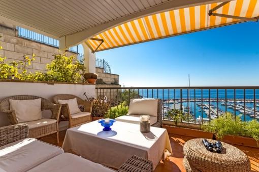 Einladender Loungebereich auf der Terrasse mit Traumausblick