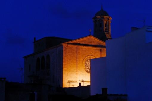 Blick bei Nacht auf die Kirche von Llucmajor