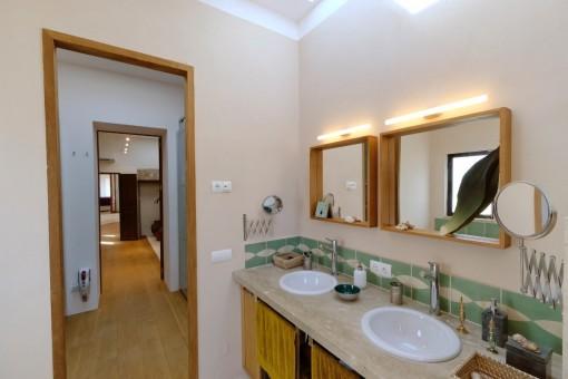 Blick vom Badezimmer in den Flur