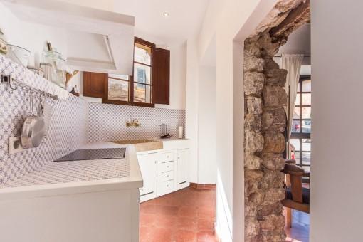 Offene Küche mit Natursteintür