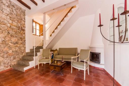 Einladender Sitzbereich und Treppenaufgang