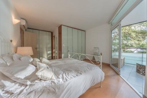 Alternative Ansicht vom Hauptschlafzimmer mit Balkon